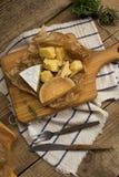 在一个木板的各种各样的乳酪 免版税库存图片