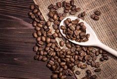在一个木板的咖啡豆 免版税库存照片