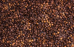 在一个木板的咖啡豆 免版税库存图片