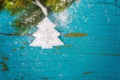 在一个木板的圣诞树 库存照片
