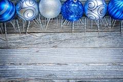 在一个木板的圣诞节球 图库摄影