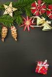 在一个木板的圣诞节装饰 抽象空白背景圣诞节黑暗的装饰设计模式红色的星形 圣诞节与装饰的杉树在一个木板 免版税库存照片