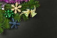 在一个木板的圣诞节装饰 抽象空白背景圣诞节黑暗的装饰设计模式红色的星形 圣诞节与装饰的杉树在一个木板 库存照片