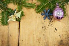 在一个木板的圣诞节装饰 抽象空白背景圣诞节黑暗的装饰设计模式红色的星形 圣诞节与装饰的杉树在一个木板 免版税库存图片