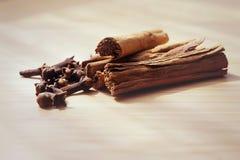 在一个木板的宏观香料桂香丁香 库存照片