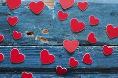 在一个木板的心脏 拟订日eps10问候例证s华伦泰向量 免版税库存照片