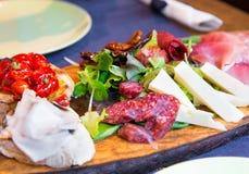 在一个木板的意大利开胃菜 免版税图库摄影
