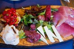 在一个木板的意大利开胃菜 免版税库存照片