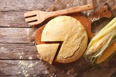在一个木板的新近地被烘烤的玉米面面包特写镜头 水平 免版税库存图片