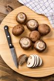在一个木板的新鲜和切的栗子蘑菇 免版税库存照片