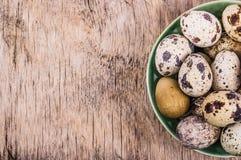 在一个木板的新鲜的鹌鹑蛋 饮食素食主义者 复制空间 免版税库存照片