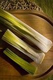 在一个木板的新鲜蔬菜在白天 库存图片