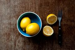 在一个木板的柠檬 免版税库存照片
