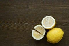 在一个木板的柠檬 库存图片