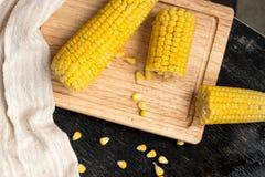 在一个木板的煮沸的玉米 库存图片