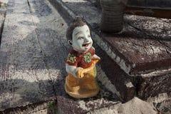 在一个木板的石小雕象 免版税库存图片