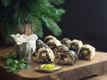 在一个木板的素食主义者寿司 库存照片