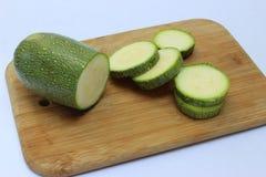 在一个木板的绿色南瓜 免版税库存照片