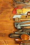 在一个木板的老厨房器物 厨房设备销售  厨师` s工具 免版税库存图片