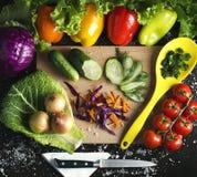 在一个木板的背景菜单vegetariants各种各样的夏天菜用胡椒,西红柿,葱,圆白菜,黄瓜 免版税库存图片