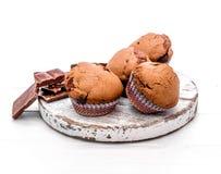 在一个木板的自创巧克力松饼 库存图片