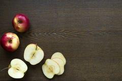 在一个木板的苹果 免版税库存图片