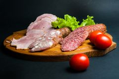 在一个木板的被分类的肉制品 免版税库存图片