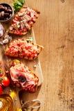在一个木板的被分类的炸玉米粉圆饼开胃菜 免版税图库摄影