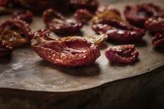 在一个木板的被烘干的蕃茄 图库摄影