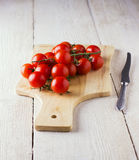 在一个木板的西红柿 库存图片