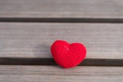 在一个木板的钩针编织的心脏 图库摄影
