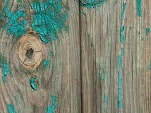 在一个木板的破旧的鲜绿色油漆有结的 免版税库存图片