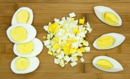 在一个木板的水煮蛋 库存图片