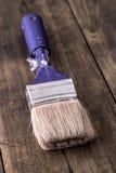 在一个木板的画笔 免版税库存图片