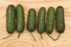 在一个木板的绿色新鲜的黄瓜 库存照片