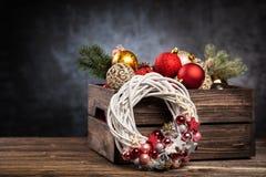 在一个木板箱的圣诞节装饰品 库存照片