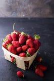 在一个木板箱的新鲜的草莓 库存照片