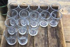 在一个木板箱的水玻璃 免版税库存照片