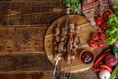 在一个木板计划的烤肉串 在开火烹调的开胃肉 您的文本的地方 库存图片