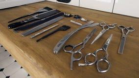 在一个木架子放下的理发师工具的一收藏 股票录像