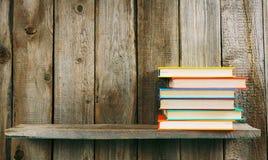 在一个木架子的书 免版税库存照片