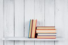 在一个木架子的书 图库摄影