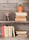 在一个木架子的旧书 免版税库存照片