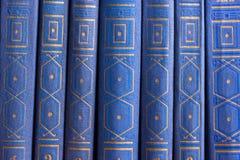 在一个木架子的旧书 免版税库存图片