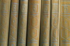 在一个木架子的旧书 库存图片