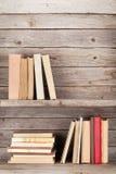 在一个木架子的旧书 免版税图库摄影