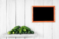 在一个木架子的黄瓜 库存图片