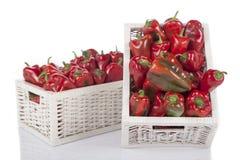 在一个木柳条筐的红色甜椒 免版税库存照片