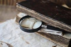 在一个木桌和放大器上的旧书 库存照片