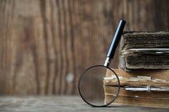 在一个木桌和放大器上的旧书 免版税库存照片